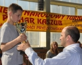 Kristupui Šleivai įteikiama nugalėtojo taurė