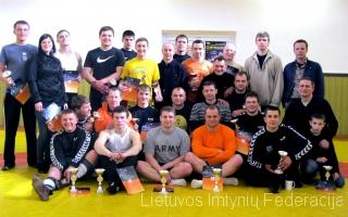 Raseinių imtynininkai su savo treneriu Valdu Grišiumi