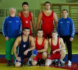 Stovi (iš kairės): treneris Grigorijus Kazovskis, Aldas Lukošaitis (96 kg); Mindaugas Mizgaitis (120 kg) ir treneris Ruslanas Vartanovas. Pirmoje eilėje: Aleksandras Kazakevičius (74 kg), Laimutis Adomaitis (84 kg) ir Edgaras Venckaitis (66 kg).