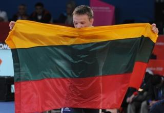 Aleksandras Kazakevičius su Trispalve po iškovoto brozos medalio Londono olimpinėse žaidynėse
