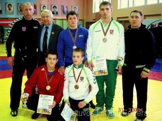Tupi: Tomas Baracevičius, Andrius Mažeika; stovi: treneris Jonas Jurkynas, L. Fursa, Arnas Draugelis, Ailandas Šulcas, treneris Renatas Dijokas.