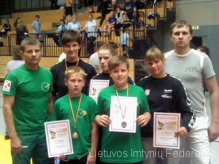 Iš kairės: Aivaras Kaselis, Dominykas Jukna, Danutė Domikaitytė, Kristina Domikaitytė, Danieius Strelkovas ir administratorius Justas Jankus