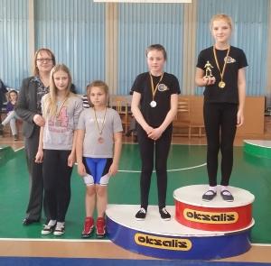 Kamilė Statkutė (I vieta) Laura Stanelytė (II vieta) ir drektorė Irma Abromaitiene