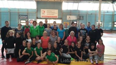 Mokytojai su imtynininkemis ir treneriais