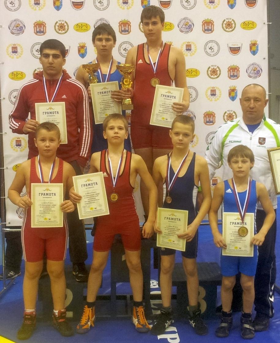 Pirma eilė iš kairės: Damian Matveiko (53 kg; 2 vieta), Julijus Bogdonas (42 kg; 2 vieta), Gytis Tonkovičius (42 kg; 3 vieta), Rokas Čepauskas (32 kg; 3 vieta) ir komandos vadovas Olegas Zaicevas.