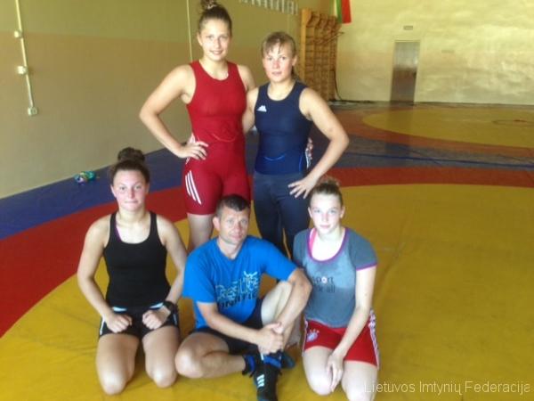 Nuotraukoje tupi: Auksė Rutkauskaitė , treneris Aivaras Kaselis, Viktorija Augustauskaitė; stovi Kamilė Gaučaitė ir Kornelija Zaicevaitė