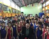 G.Dambrauskas su jaunaisiais armėnų imtyninkais Jerevano Dinamo sporto komplekso imtynių salėje