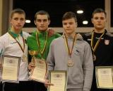 59 kg iš kairės Domas Krikščiūnas (II v.), Justas Petravičius (I v.), Jevgenijus Sinica ir Mantas Varnagiris (III v.)