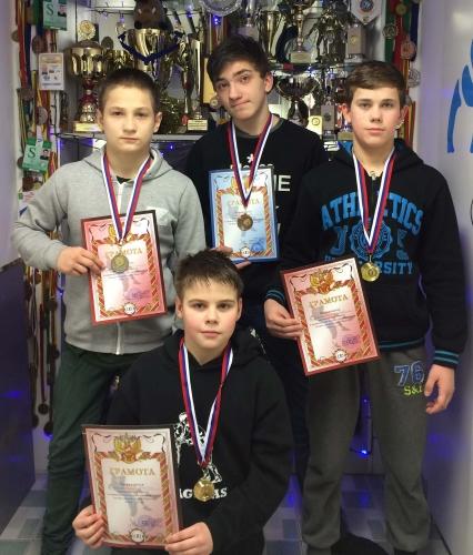 Stovi iš kairės Sergejus Kolodinas, Kirilas Vasilčiukas, Ernestas Karla; tupi Nikita Gergelis