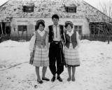 Su kaimynėmis prie namų Rubikiuose 1960 metais