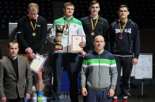 Ant pakylos iš kairės: Romas Fridrikas ,Vilius Laurinaitis, Deividas Jokšas, Dominykas Gorbonosovas. Pirmoje eilėje treneriai Vidmantas Žibutis ir Mindaugas Ežerskis