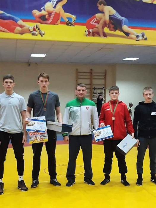 Treneris Aleksandras Kazakevičius su auklėtinais (iš kairės): Jurijus Ščegolevas, Motiejus Vyrukaitis (I vieta), Lukas Miodišauskas (I vieta) ir Benas Mackevičius