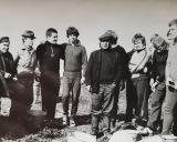 1980 m. Bulviakasis kažkur šalia Vilniaus. Iš kairės: du kolūkiečiai, Valdas Jasotis, Evaldas Malelė, kolūkio brigadininkas, Stasys Songaila, Valdas Kanapickas, Vidas Paleckis