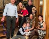 Evaldas Malelė su šeima. Iš dešinės stovi: Evaldas, dukra Irma su anūke Sofija, žentas Antuanas, anūkai Aleksas ir Pietro, dukra Indrė ir žmona Marina.