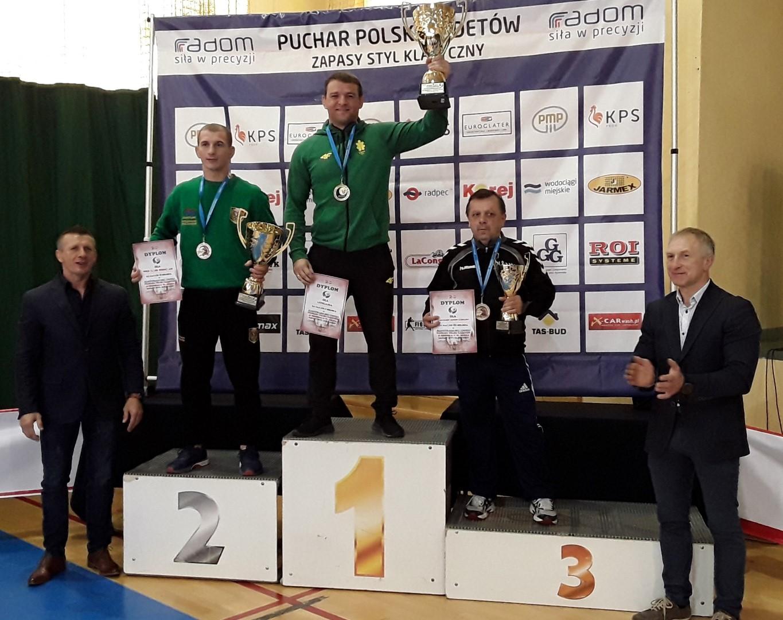 Treneris A.Kazakevičius su nugalėtojų taure