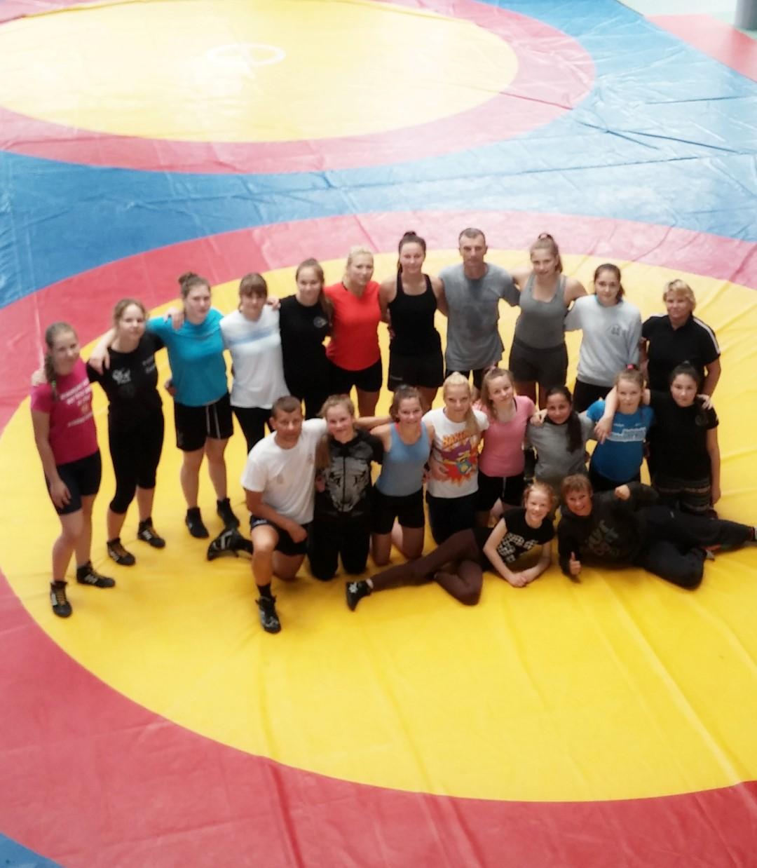 Imtynininkių keliai išsiskyrė – jaunės liko treniruotis namie, suaugusios išvyko į Ukrainą