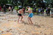 Paplūdimio imtynių nugalėtojai paaiškėjo pliaupiant lietui (rezultatai, 3 nuotraukų galerijos, vaizdo įrašai)